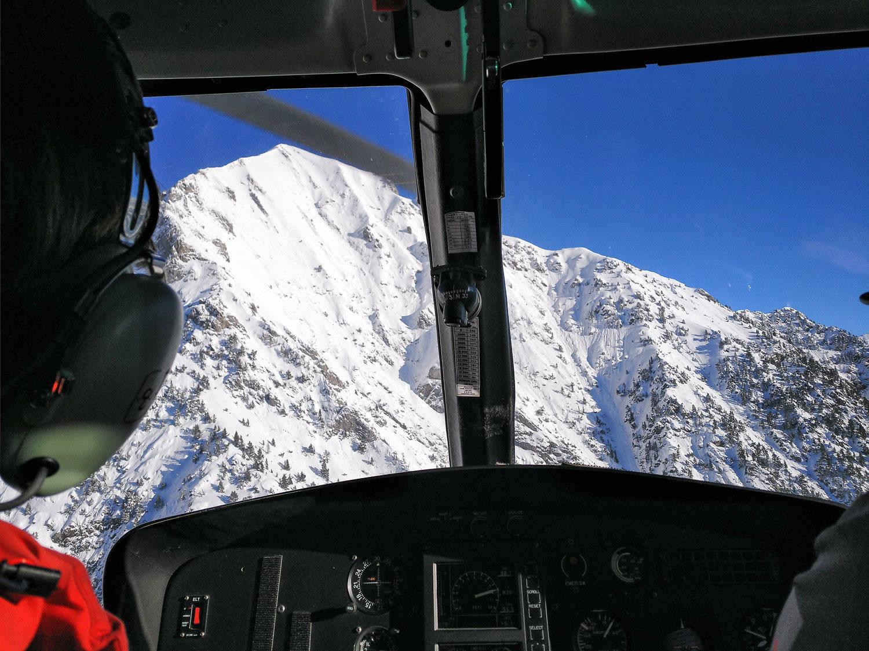 vuelo con helicóptero del 8 de Marzo de 2020. Acercándonos a la  zona de salida de aludes de Gabarda para iniciar la campaña de tiro con la DaisyBell. Tiro negativo debido a la buena compactación del manto nivoso